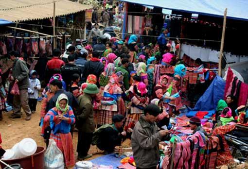 Nord Vietnam - Marché de Coc Ly - Hmong fleuries (ou fleurs)