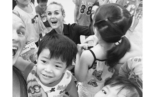 Laeticia Hallyday de retour au Vietnam : son combat pour les enfants orphelins