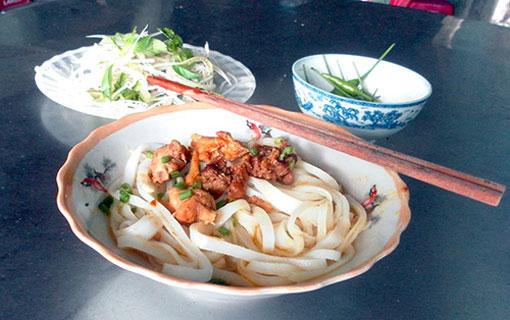 """Le """"Mì Quảng"""" (soupe nouille de Quảng Nam) à 5000VND (environ 20 centimes en Euro) et de qualité pour les travailleurs à bas salaires"""