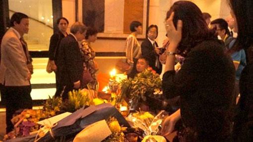 De nombreux Vietnamiens viennent témoigner de la solidarité au peuple français