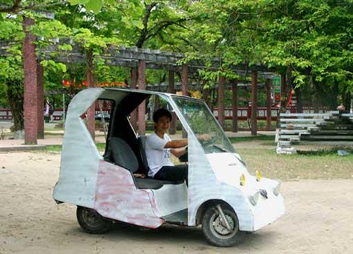 une voiture lectrique construite avec des mat riaux de r cup ration vietnam cap. Black Bedroom Furniture Sets. Home Design Ideas